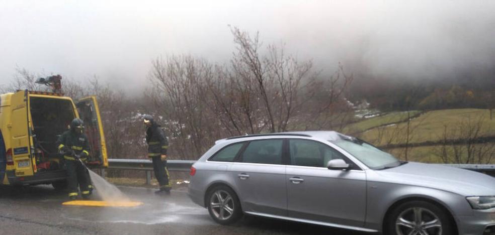 Muere un gijonés en el puerto de San Isidro al caer una piedra sobre su coche