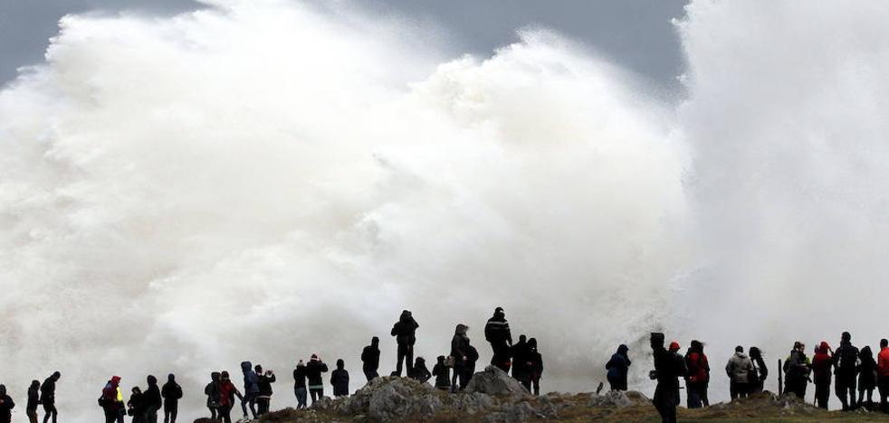 'Ana' llega a Asturias con vientos de 120 kilómetros por hora y olas de hasta siete metros