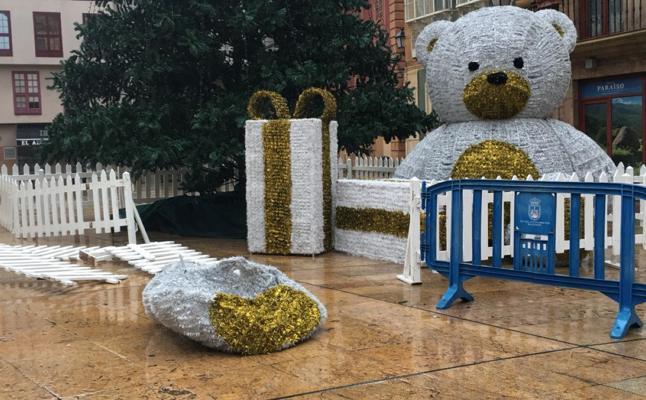 Dañan por segunda noche consecutiva el oso navideño de la plaza del Ayuntamiento