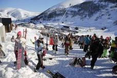 Un puente con más de 7.000 esquiadores en Asturias