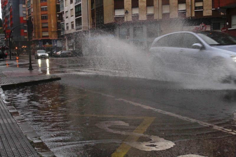 Las fuertes lluvias, primer efecto de la borrasca 'Ana' en Asturias