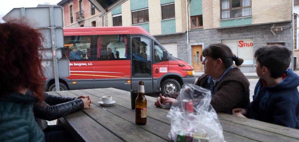 Vecinos de Bimenes proponen implantar una línea experimental de autobús