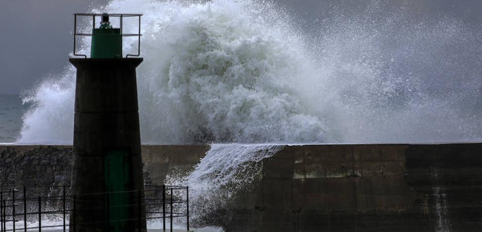 'Ana' deja a su paso por Asturias 200 incidencias por fuertes vientos