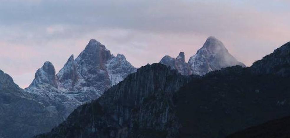 Bomberos y Guardia Civil rescatan ilesos a siete excursionistas en los Picos
