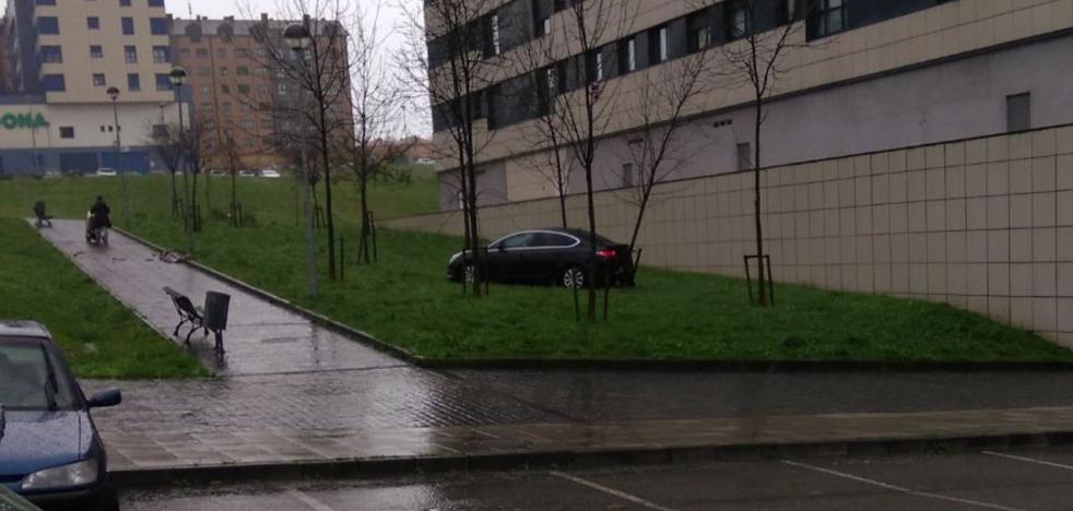 Un coche sin conductor arrolla a otros dos y choca contra un árbol en Las Vegas