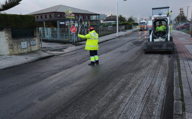 La reparación del firme de la carretera del Infanzón comienza por el Piles