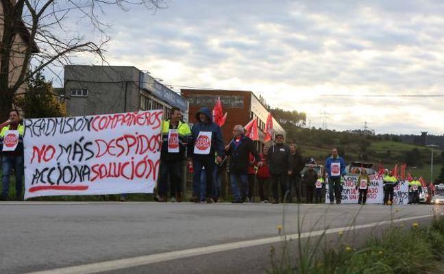 Los trabajadores de Acciona se manifiestan en la calle contra los despidos
