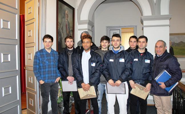 Ocho jóvenes completan un plan de empleo en Turón