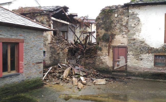Se derrumban el techo y la fachada de la antigua aduana de Puerto de Vega