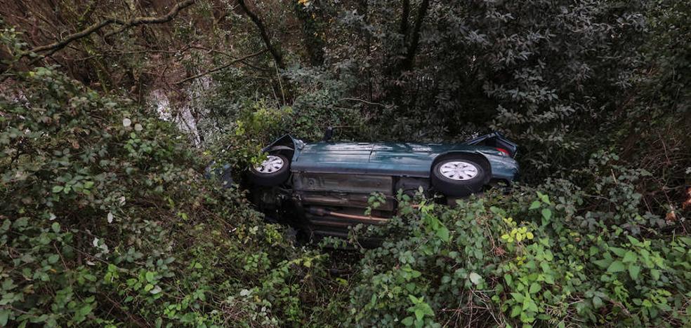 Un herido al volcar su coche en Salinas y caer por un desnivel de dos metros