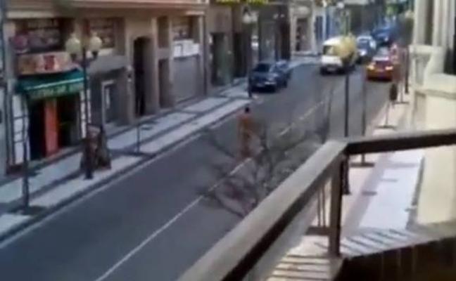 El show del hombre desnudo que golpea coches en Tudela, Navarra