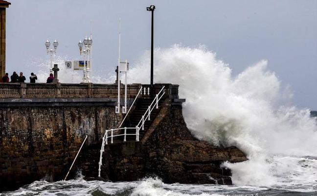 Asturias, de nuevo en alerta por olas de hasta siete metros
