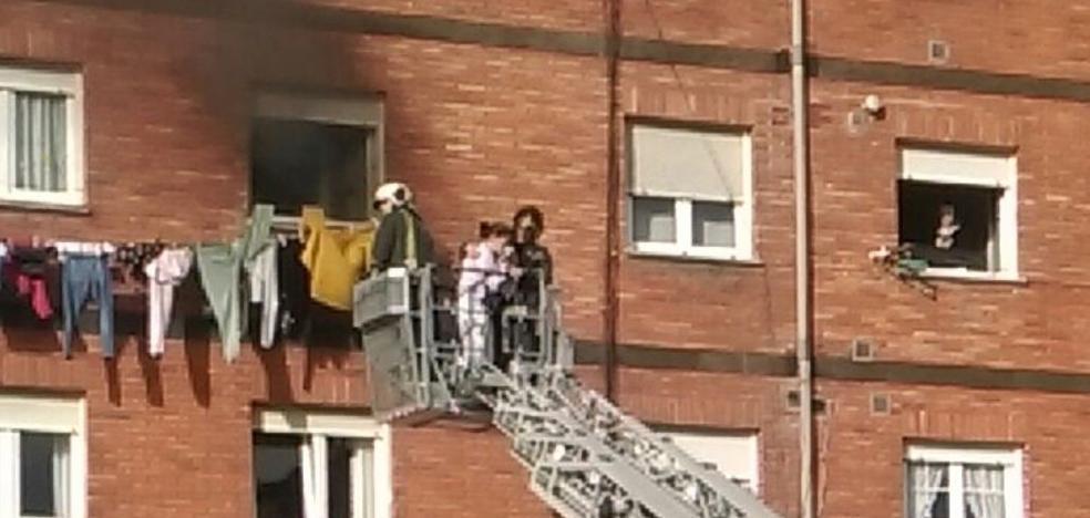 Intoxicada una joven de 27 años en el incendio de un piso en Versalles