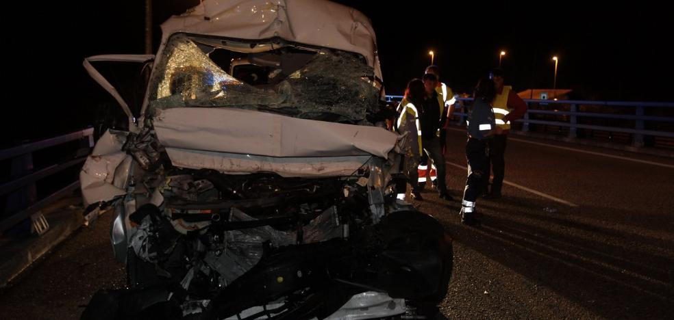 Herido grave el conductor de una furgoneta en un accidente en Priañes