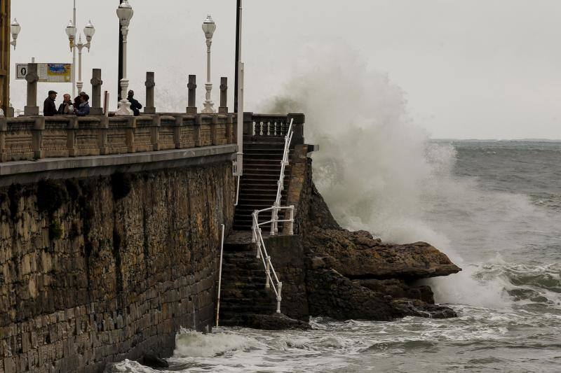 Los fenómenos costeros dejan olas de siete metros en Asturias
