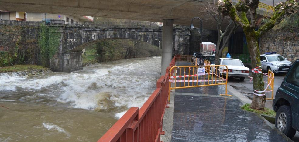 La crecida del río Narcea corta el paso en un tramo de acera de La Veguetina