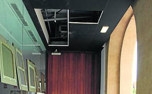 Caen varias losas del techo del pórtico del teatro Riera