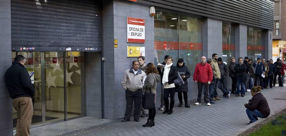 El Gobierno se plantea subir el salario mínimo a 1.000 euros en tres años