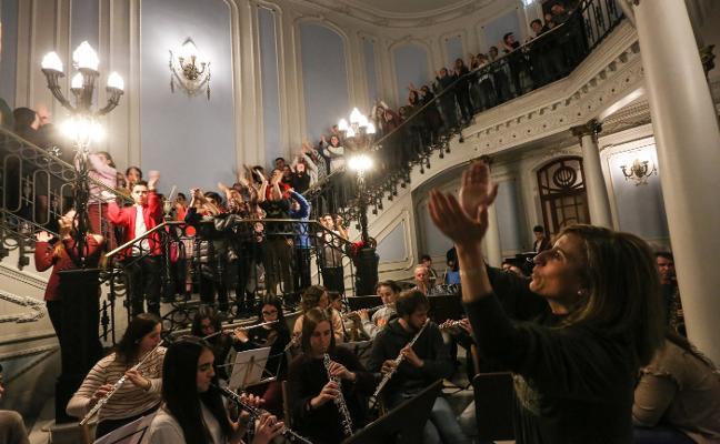 EL Aula de Cultura de LA VOZ DE AVILÉS felicita la Navidad con música en la calle