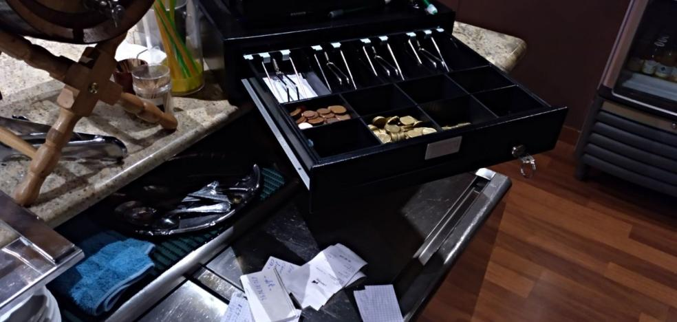 Roban el dinero de la caja y de la tragaperras de un restaurante de Posada