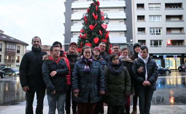 La Asociación Nora adorna la Navidad en la Pola