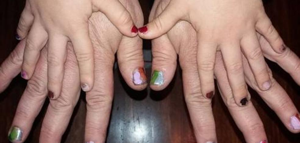 Un padre se pinta las uñas para defender la afición de su hijo y la igualdad