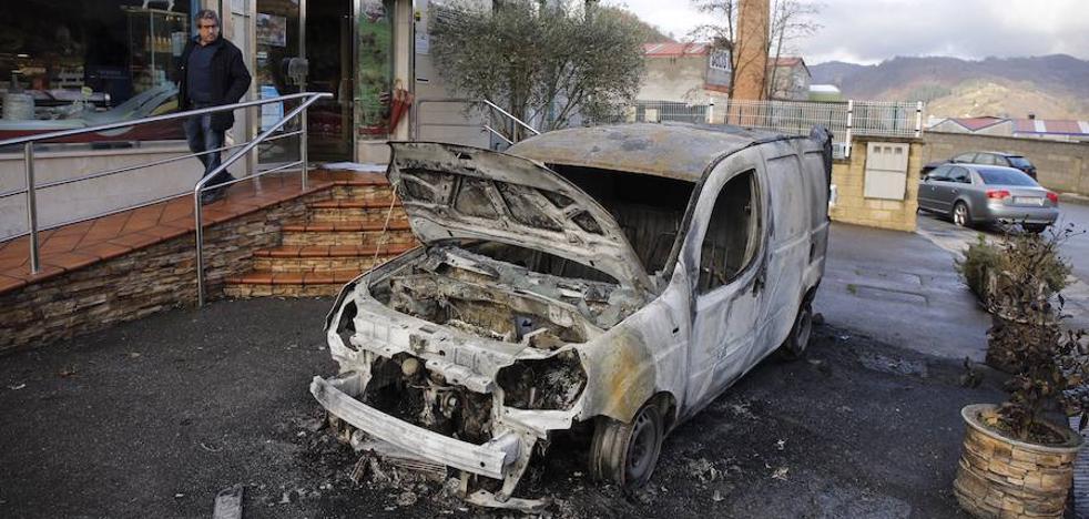 Arden dos furgonetas de una empresa cárnica en el polígono de El Sutu de Laviana
