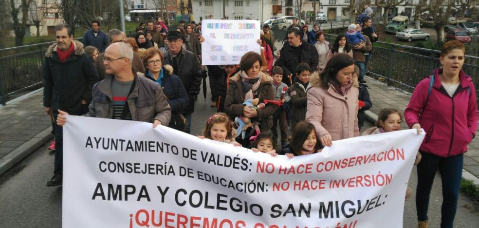 Un centenar de personas toma las calles de Trevías para pedir mejoras en el colegio público