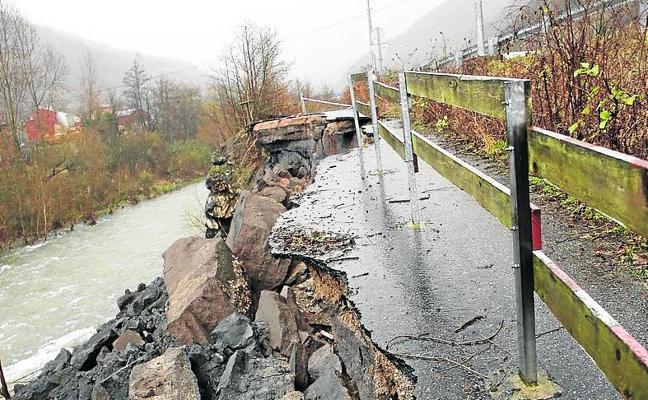 Los vecinos temen que el argayo de la senda fluvial afecte al Corredor del Aller
