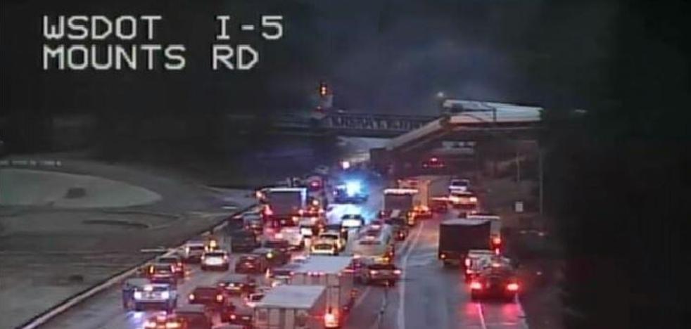 Un tren descarrila y cae sobre una autopista en Washington