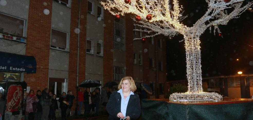 Riosa se ilumina con un árbol de navidad de cinco metros de altura