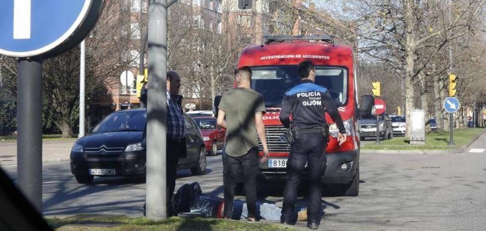 Herido leve un motorista al colisionar con un coche en Gijón