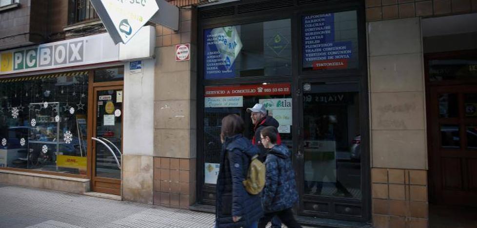 El cierre de una tintorería en Gijón deja a decenas de clientes sin su ropa
