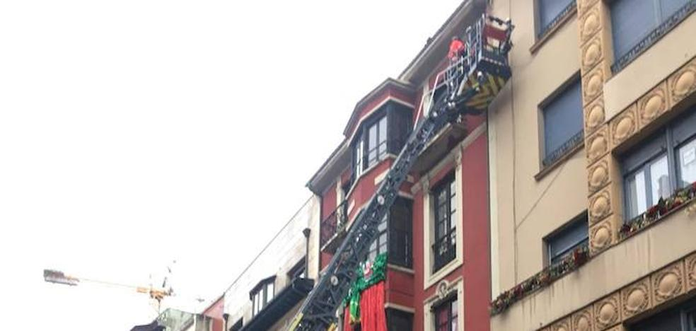 El vendaval tira cascotes y toldos en Gijón