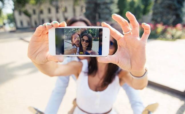 Seis de cada diez españoles se acuestan con el móvil