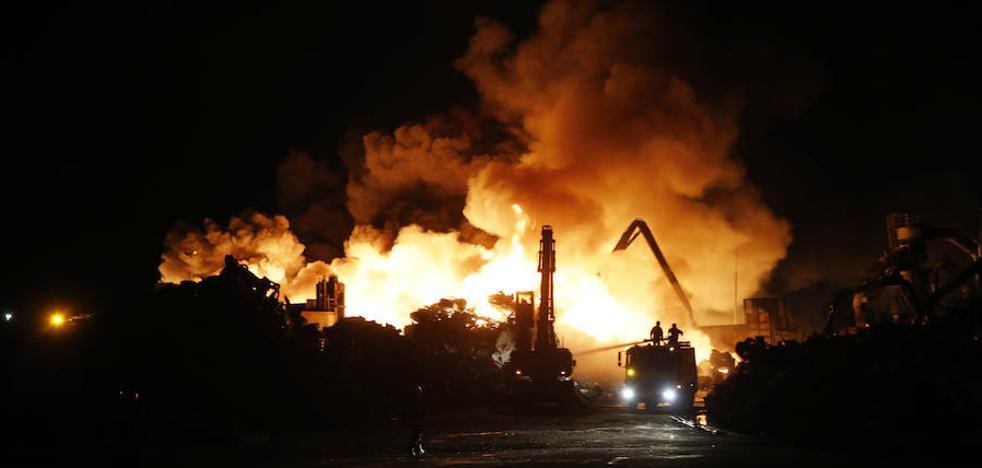 El incendio en el desguace de Gijón durará días