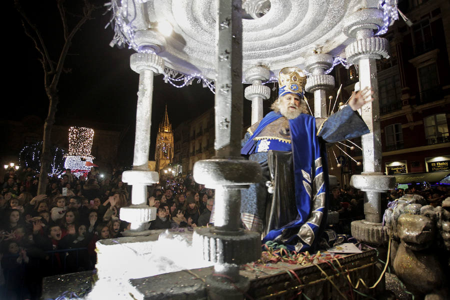 Mágico desfile de Sus Majestades por las calles de Oviedo