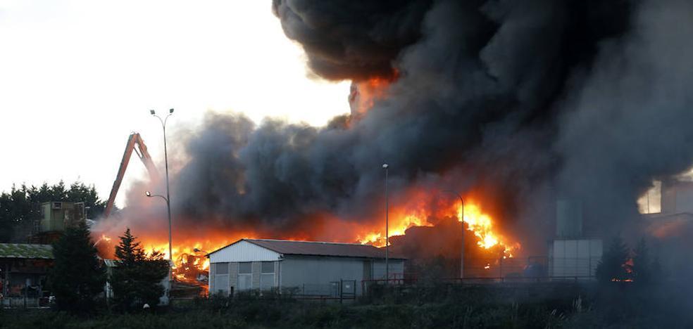 La explosión de un coche en un desguace de Gijón, origen de un incendio que durará días