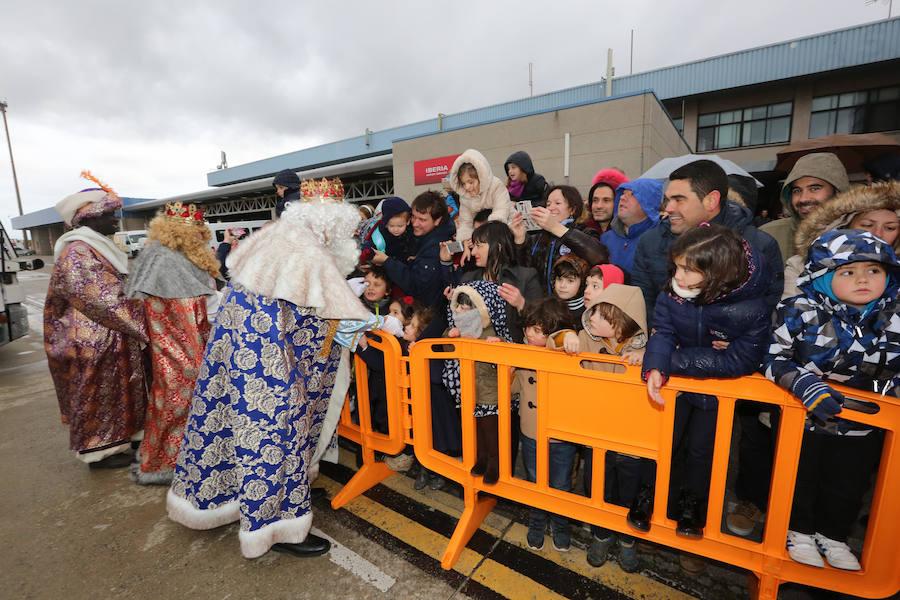 Los Reyes Magos aterrizan en el aeropuerto de Asturias