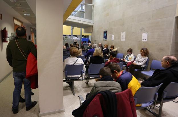 Sala de espera repleta de pacientes en el centro de salud Puerta de la Villa, en Gijón. / PALOMA UCHA