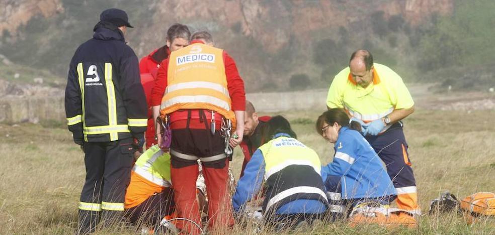 Una muerta y tres heridos en San Juan de Nieva en un accidente por el fuerte oleaje