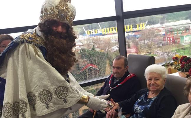 Los mayores también reciben la visita real