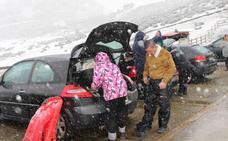 Siete jóvenes quedan atrapados de madrugada en L'Angliru por la nieve