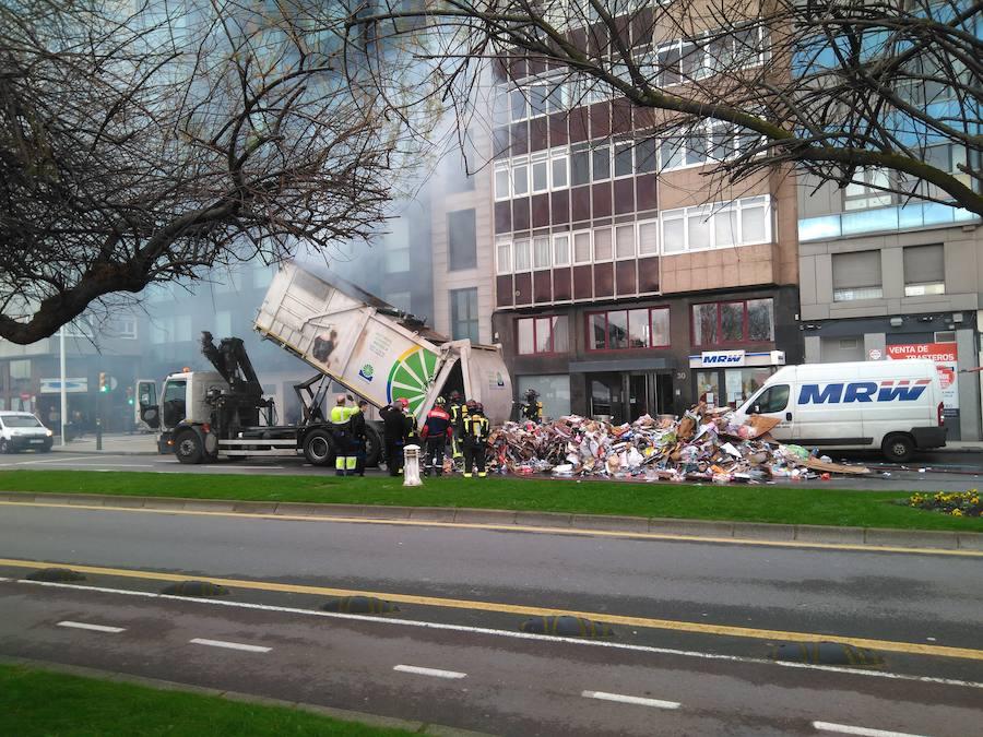 Se incendia un camión de reciclaje en Gijón