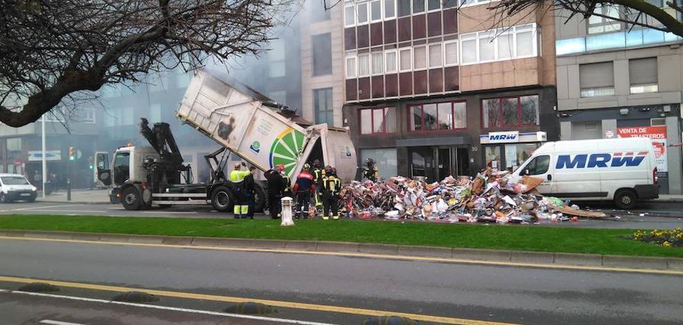 Se incendia un camión de reciclaje de cartón y obliga a cortar el tráfico en el Muro