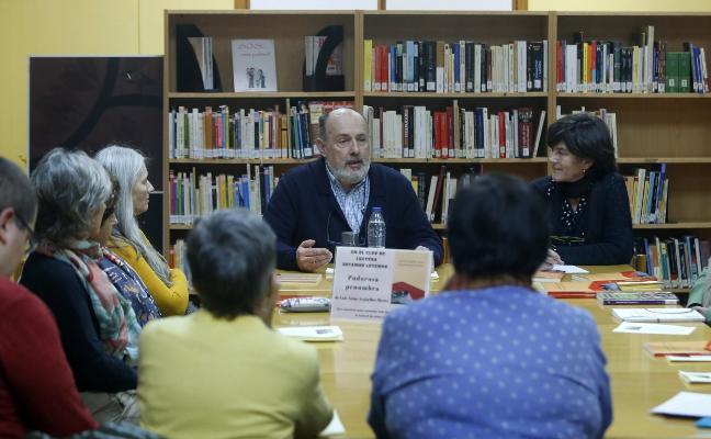 Luis Arias, con sus lectores