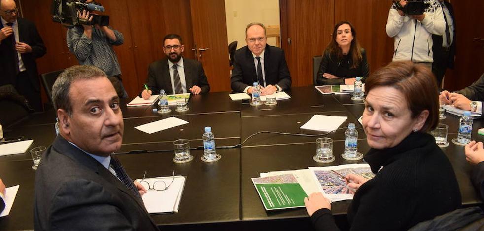 Fomento, Gijón y el Principado acuerdan cubrir las vías hasta La Calzada
