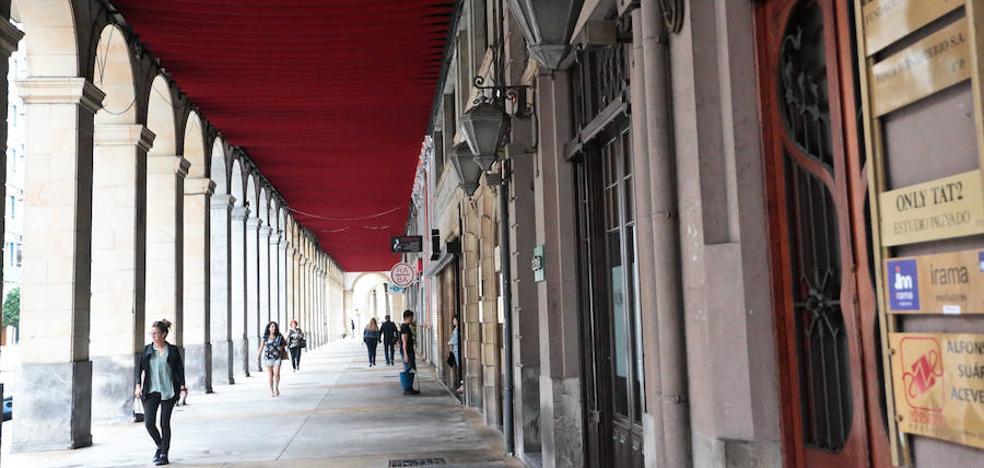 Detenido un sierense de 20 años por romper la luna de un bar de Gijón con una botella de licor de 3.000 euros