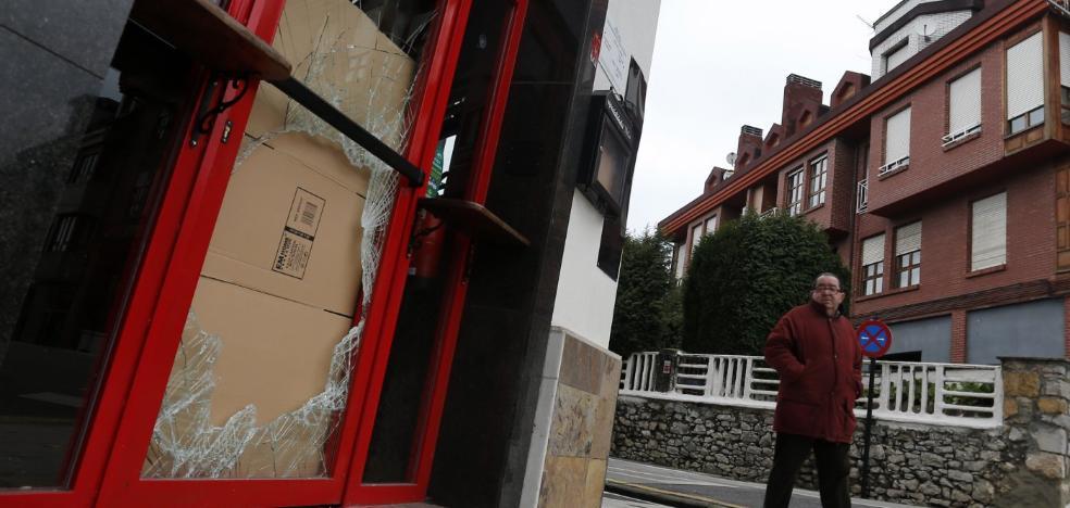 Entran a robar y causan destrozos por 1.500 euros en un bar de San Claudio