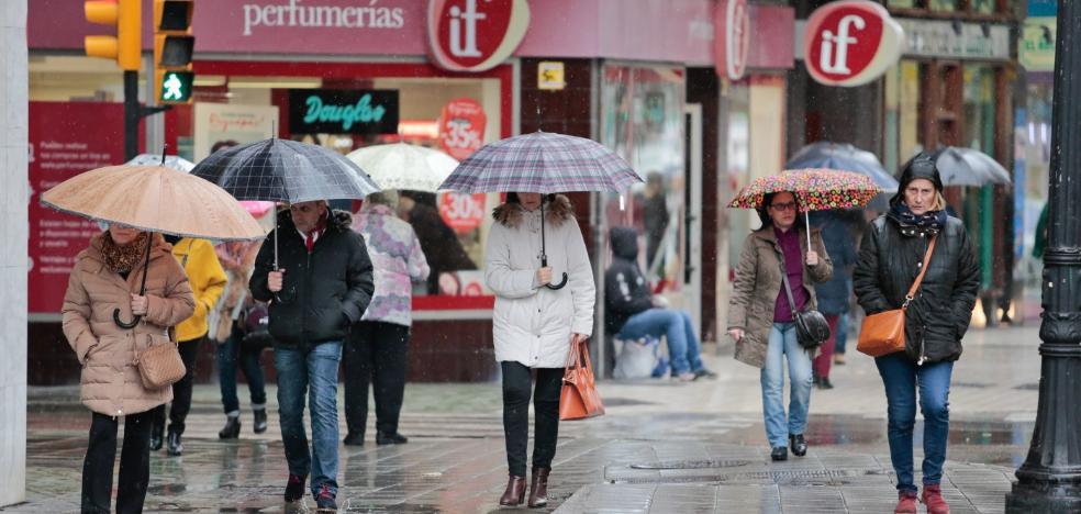Asturias vuelve a estar en alerta por olas de hasta siete metros y nevadas